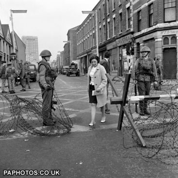 northern-ireland-the-troubles-british-soldiers-belfast-1969